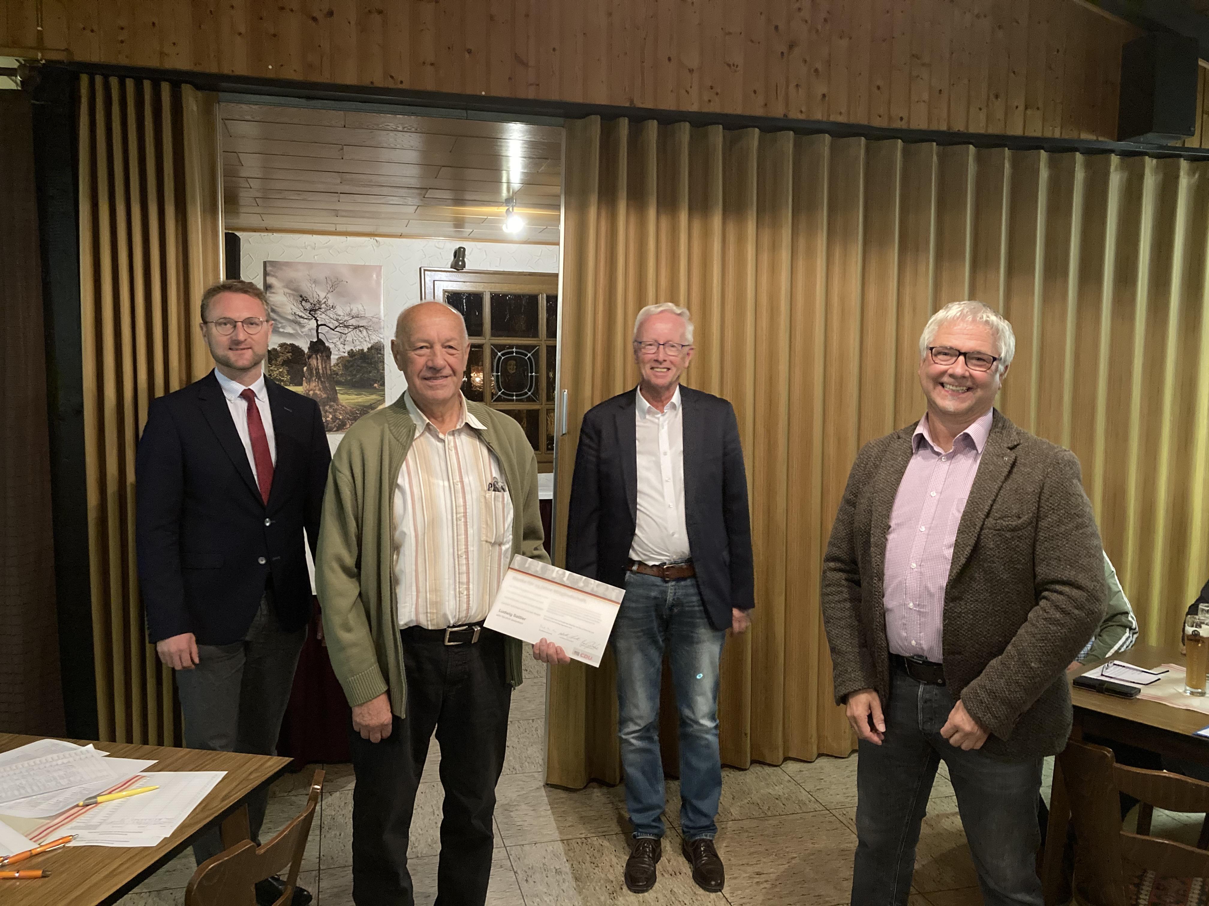 Bildunterzeile: Ludwif Sattler (Kirtorf) (2.v.l.) wurde von Dr. Jens Mischak (links), Ehrenbürgermeister Ulrich Künz (2.v.r.) sowie Stadtverbandsvorsitzenden Wolfgang Schönhals (rechts) für 25-jährige CDU-Mitgliedschaft geehrt.     Bild: Jennifer Gießler
