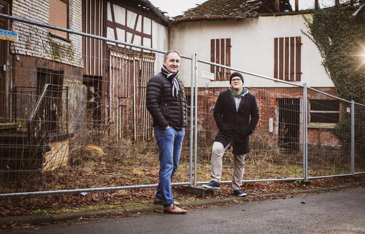 Fraktionsvorsitzender Ralf Völzing und Ortsvorsteher Sören Stumpf nehmen Wahlener Dorfmitte in Augenschein